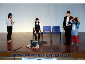Üniversiteli Gençlerin Sahnelediği Oyun Beğeni Topladı
