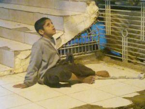 Özürlü çocuğu ayağından iple bağlayarak dışarıda bıraktılar