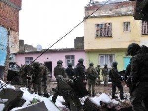 Diyarbakır'da Askeri Aracın Geçisi Sırasında Patlama