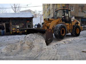 Yüksekova Belediyesi'nden buz ve kar temizleme çalışması
