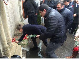 Azeriler, Türkiye Büyükelçiliği önüne karanfil bıraktı