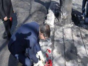 Davutoğlu Patlama Alanına Karanfil Bıraktı, Dua Etti