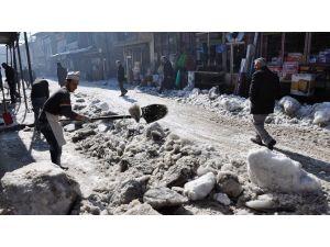 Hakkari'de Refüjler Kardan Temizleniyor