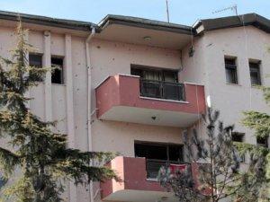 Patlamada hasar gören lojmanlara Türk bayrakları asıldı