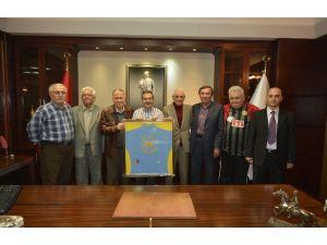 Işıkspor'un Eski Futbolcuları Başkan Ataç'a Takım Formasını Hediye Etti