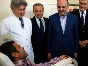 Çift kol nakli yapılan hastayı ziyaret etti