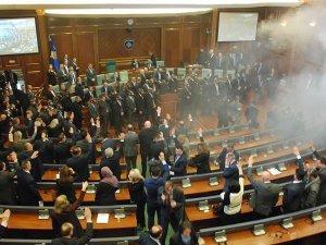 Kosova'da muhalefetten iktidar sıralarına gaz bombası