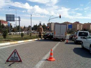 Besni'de Beton Mikseri Otomobile Çarptı