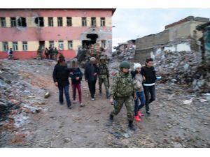 Sur'da mahsur kalan 6 kişi tahliye edildi