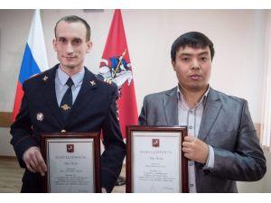 Moskova'da raylara düşen kadını kurtaran Kırgız vatandaşına ödül