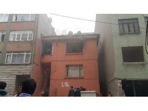 Mahalleli Yangında Mahsur Kalan Aileyi Böyle Kurtardı