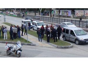Bir Sürücü İle Tartışan Dolmuşçu Polislere Çarptı