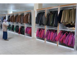 Kimse Yok Mu 200 Afgan mülteciye kışlık giysi dağıttı