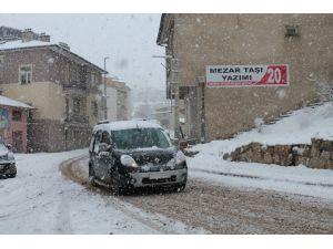 Bayburt güne kar yağışı ile uyandı