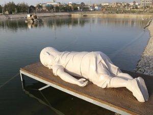 Irak'ta Aylan Kurdi'nin heykeli dikildi