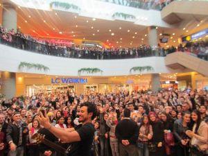 Pop Müziği Sanatçısı Buray, İzmirliler'le Buluştu