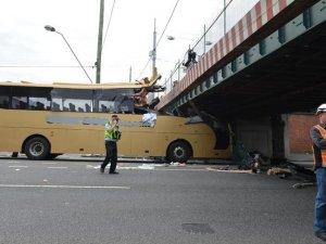 Avustralya'da dikkatsiz şoför otobüsü üst geçide çarptı