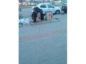 Çöpleri karıştıran anne ve küçük kızı yürek burktu