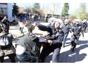 Üniversitede Afiş Gerginliği: 2 Gözaltı