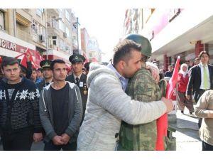 Şehit Cenazesinde Vatandaşlar Askerlere Sarılarak Ağladı