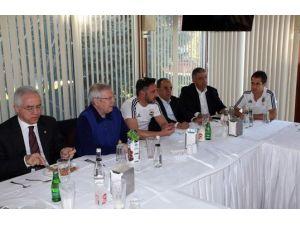 Fenerbahçe'de yöneticiler ve futbolcular yemekte buluştu