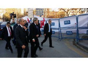 İtalya Dışişleri Bakanı Gentiloni Ankara'daki patlama yerine karanfil bıraktı
