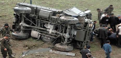 Iş makinesi ile askeri aracın çarpışması sonucu 2 asker
