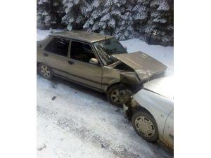 Otomobiller Kafa Kafaya Çarpıştı: 6 Yaralı