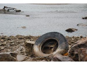 Kelkit Çayı'nda Araç Lastiği Kirliliği