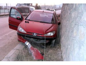 Yoldan Çıkan Otomobil, İstinat Duvarına Çarptı: 3 Yaralı