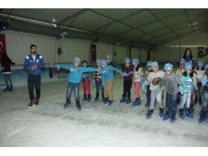 Seyhan'da Devasa Buz Pisti Açıldı