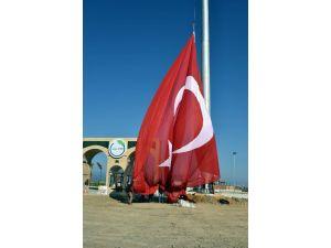 Ege Ve Akdeniz'in En Büyük Türk Bayrağı Aliağa'da Dikildi