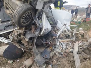 Muğla'da mermer yüklü kamyon ile otomobil kafa kafaya çarpıştı