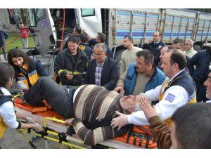 Kaza yapan şoför kamyonda sıkıştı