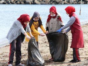 Öğrenciler Sahilde Temizlik Yaptı