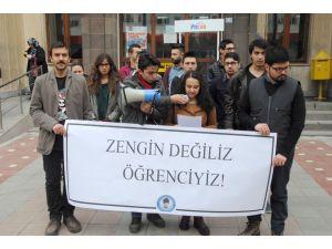 AKÜ'lü öğrenciler ulaşım zammını protesto etti