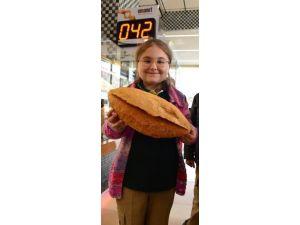 İhtiyaç Sahibi, Ekmeğini Fırından Ücretsiz Alacak