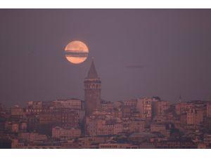 Galata ile Ay, bu kez mavi saatte buluştu