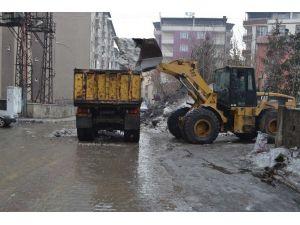 Ara Sokaklarda Kar Taşıma Çalışmaları Devam Ediyor