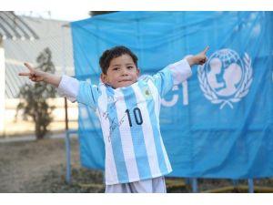 Messi, Poşetten Forma Giyen Minik Hayranını Unutmadı