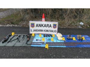 Valilik, yol kenarındaki bomba ve silahların fotoğraflarını paylaştı
