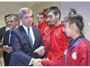 Bitlis'teki başarılı sporcular altınla ödüllendirildi