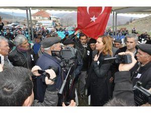 """Şehit Cenazesinde Vatandaştan CHP'li Vekile """"Siyaset Yapıyorsun"""" Tepkisi"""