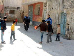 Polisler, Sokakta Çocuklarla Futbol Oynadı