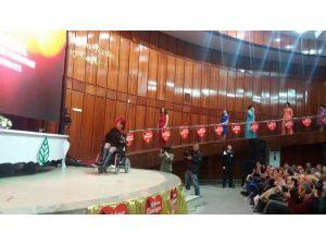 Engelli mankenlerin 'aşk' defilesinde alkış yağmuru