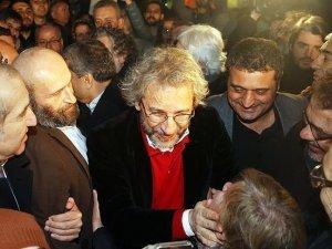 Gazeteci Dündar ile Gül tahliye oldu