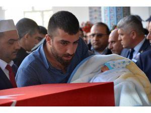Şehit eşini 8 günlük bebeği ile asker selamı vererek uğurladı