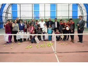 Vali Deniz, Tenise Başlayan Çocuklara Malzeme Dağıttı