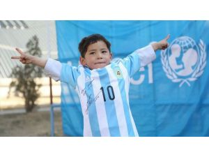Poşetli Messi'ye formaları ve topu, UNICEF ulaştırdı