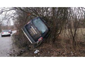 Direksiyon Hakimiyetini Kaybeden Sürücü Kaza Yaptı
